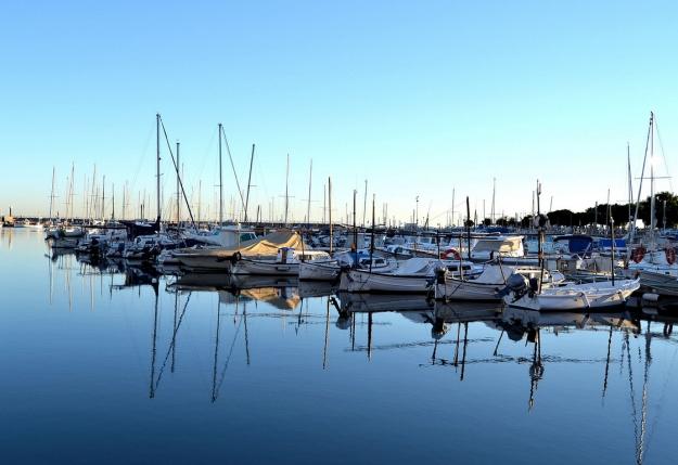 El reflejo de unos barcos sobre el mar